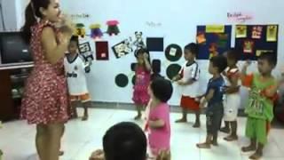 Đoạn clip ghi lại cảnh dạy học sinh múa của cô bảo mẫu ác quỷ Phương Anh