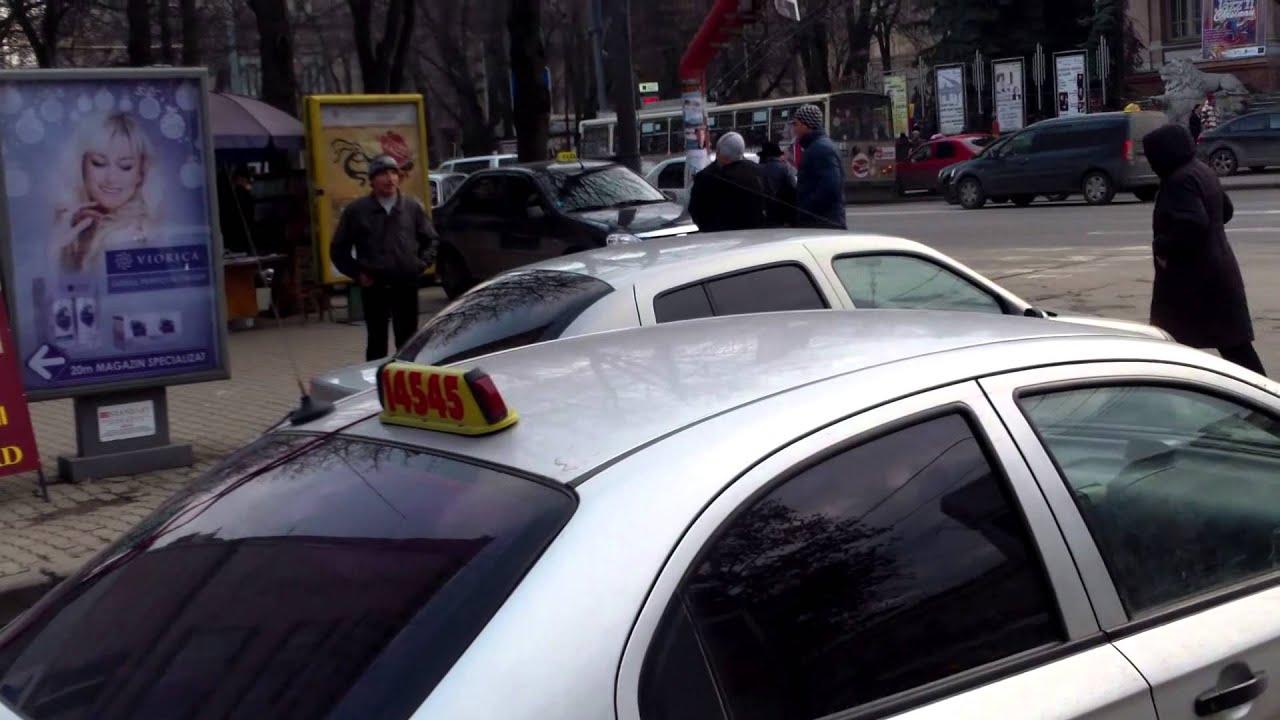 Taxiuri-fantomă parcate ilegal lîngă Primăria Chișinău