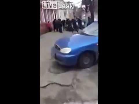 VIDEO Banda de neonazis y ultras ucranianos atacan a personas Rusas