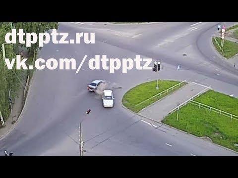 Ночью на Кукковке после столкновения опрокинулся автомобиль
