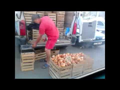 Un șofer de microbuz își face cumpărături în timpul rutei