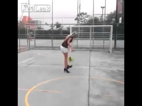 Kur futbolli është seksi, vajza me këpucë me taka mban topin me këmbë