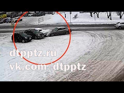 На площади Кирова БМВ протаранил три автомобиля