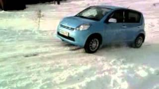 Toyota Passo штурмует снежную гору