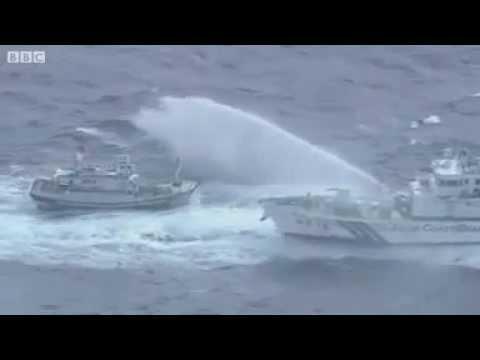 Tàu Nhật Bản - Đài Loan đấu vòi rồng trên biển