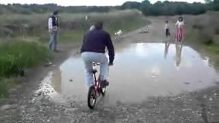 Como cruzar un charco en bicicleta