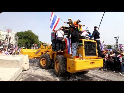 Protesters Destroy Barriers at Government House in Bangkok, Thailand | DEC 9TH 2013