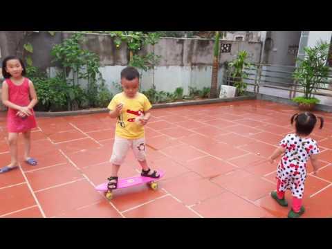 Ken chơi ván trượt. U