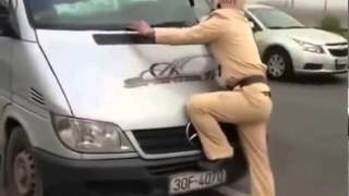 Hot Xe khách đâm trực diện vào cảnh sát giao thông