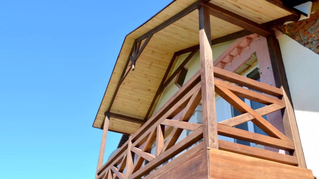 Деревянный балкон с перилами в стиле фахверк..