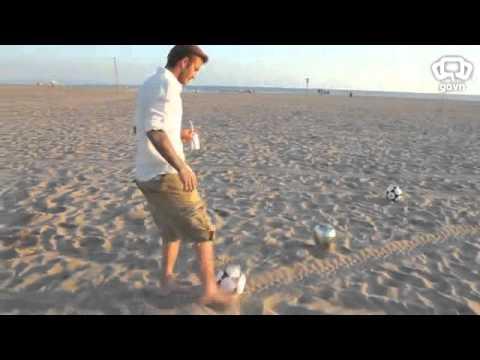 David Beckham sút 3 trái bóng trúng ba thùng rác từ xa! Tin được không?