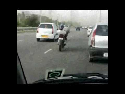 este tipo si sabe manejar la moto q arrecho