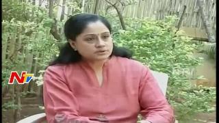 Vijayashanti slams Panneerselvam, extends support to Palan..