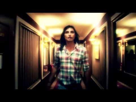 Komarenko przegina się w nowym klipie i śpiewa o swojej pupie