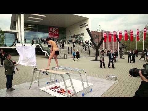 image vidéo Une femme artiste pond des oeufs
