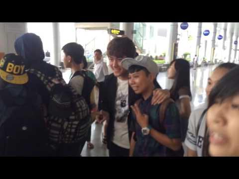 La Thăng & Khởi My cùng fan tại sân bay đà Nẵng