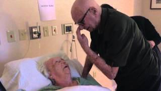 مؤثر.. رجل عجوز يغني لزوجته أثناء احتضارها