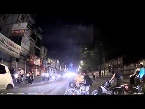 Thiếu nữ tỉnh bơ dù gây tai nạn cho 2 xe máy-dichung.vn