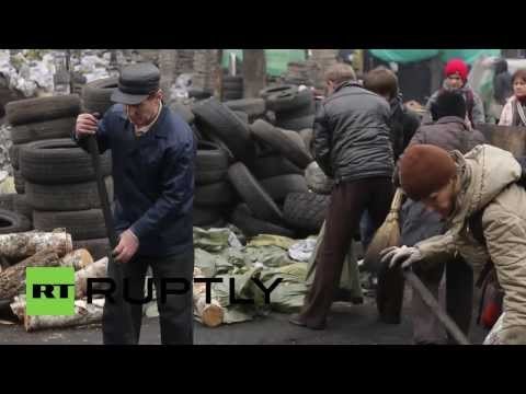 Ukraine: Thousands clear away Kiev protest wreckage