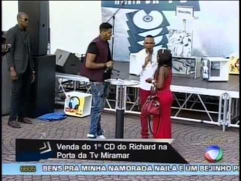 MC Roger compra CD de Richard Sulemane no lançamento do álbum