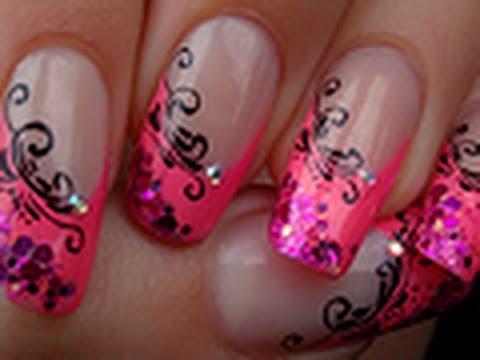 French manucure rose échancrée avec arabesques / Pink french manicure with arabesque designs,