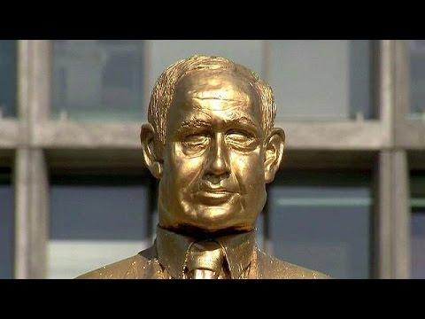 """فيديو.. الاطاحة بتمثال """"الملك"""" نتانياهو في تل ابيب"""