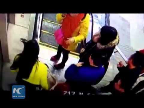 Bé trai bị mắc kẹt vào thang cuốn ở Trung Quốc