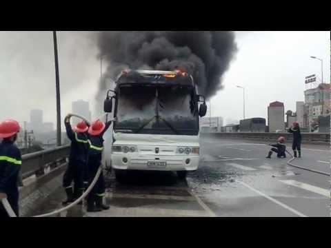 Lính cứu hỏa Hà Nội tham gia chữa cháy ôtô trên đường cao tốc.