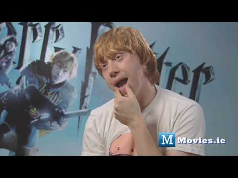 Rupert Grint talks about KISSING Emma Watson (Hermione & Ron kiss), Harry Potter star Rupert Grint talks to Paul Byrne for http://www.Movies.ie - Subscribe & watch all 6 of our Potter interviews! With Harry Potter and the hal...