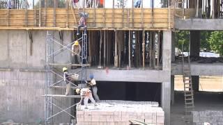 Cadena humana subiendo ladrillos tres pisos