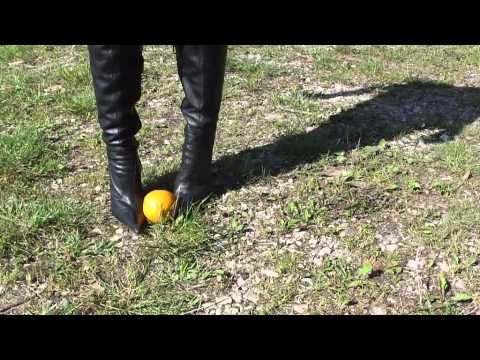 Orangen crushing mit Stiletto Overknee Stiefeln/Oranges crushing with stiletto overknee boots
