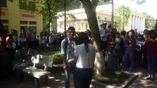 Nữ sinh viên Thương mại tỏ tình bạn trai trong sân trường