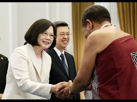 President Tsai and Vice President and Mrs. Chen receive congratulations from foreign guests