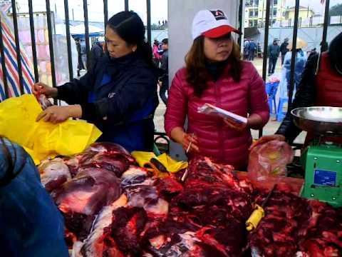 Người dân tranh nhau mua thịt trâu chọi tại Hà Nội