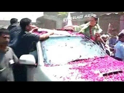 Flower shower greets Sonia Gandhi in Raebareli roadshow