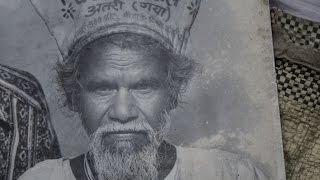 Kakek ini sendirian membelah bukit selama 22 tahun hanya menggunakan martil dan linggis kecil untuk membuat jalan