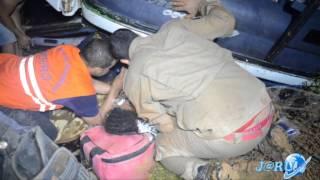 Resgate dos passageiros do ônibus da Eucatur que caiu em ribanceira em Jaru - Jaru Online