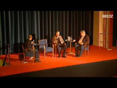 Jesper Juul live im Gespräch mit Christian Füller (taz): Wem gehören unsere Kinder? Teil 2 von 4
