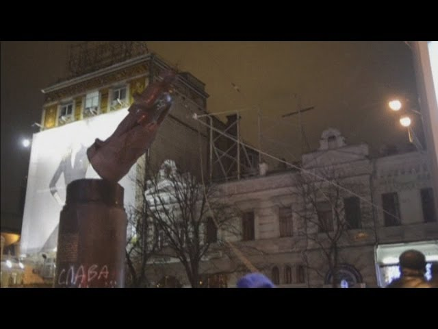 Ukraine protests: Lenin statue is torn down and smashed with hammers in Kiev