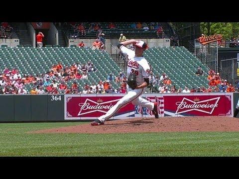 TB@BAL: Gausman knocks himself over on wild pitch