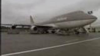 飛行機のエンジンの風で車が吹っ飛ぶ。
