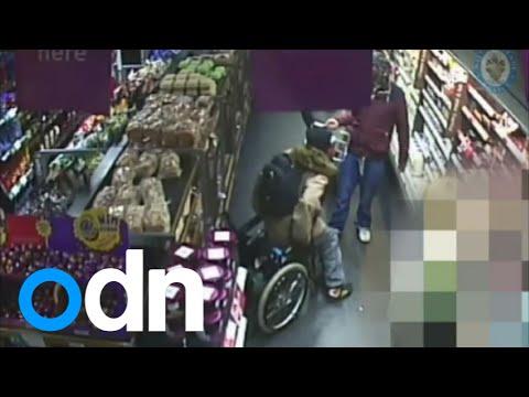 امرأة تدعي الاعاقة علي كرسي متحرك تقف و تسرق اطعمة من متجر
