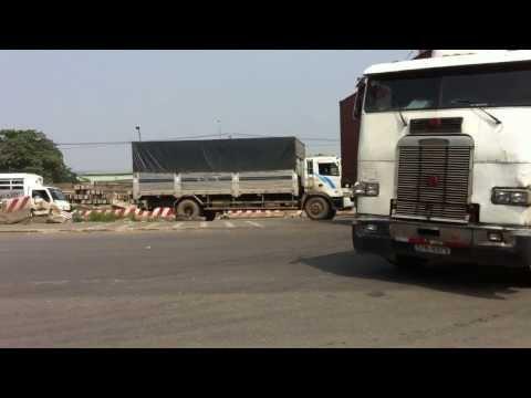 Xe container, xe tải quay đầu trái phép tại khu vực đầu cầu Đồng Nai (phía Đồng Nai)