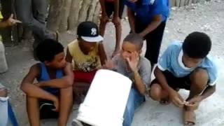Niños con talento tocando con una cubeta