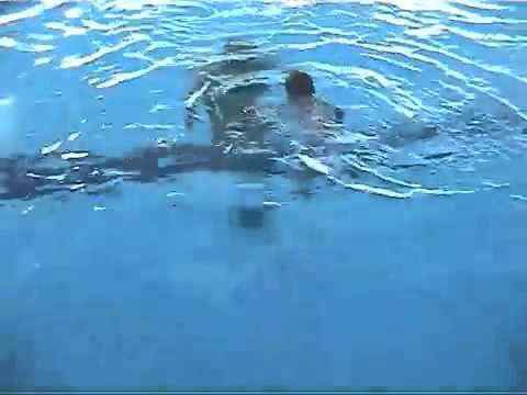 Xem video bé gái 21 tháng tuổi bơi cực siêu