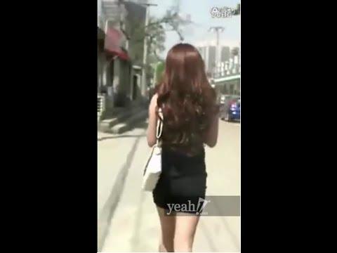 Hai tên cướp giật túi xách bị cô gái ăn mặc gợi cảm vật ngã giữa đường