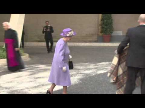 Raw: British Queen Meets With Pope Francis