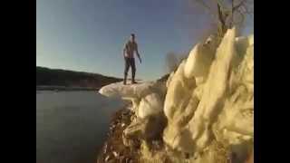 Un tonto saltando sobre punta de hielo