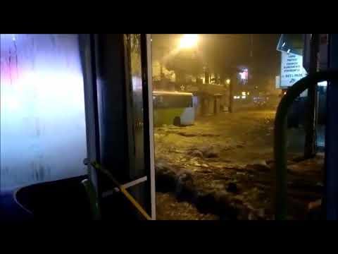 Chuva arrasta carros e barracas em Vitória da Conquista