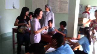 Quyết (tặng quà cho các em Trường Khuyết tật tình thương 2011)1 .flv